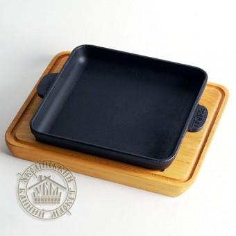 Сковорода чугунная квадратная на деревянной подставке (18*18 см)